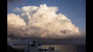 Cumulonimbus... una fascinante y mágica nube tormentosa evolucionando al anochecer sobre el Mar..