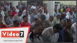 بالفيديو.. عشرات المصلين يؤدون صلاة الغائب على شهداء أكتوبر بمسجد عمر مكرم