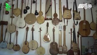 Nghệ nhân Võ Văn Bá chế tác nhạc cụ từ dừa