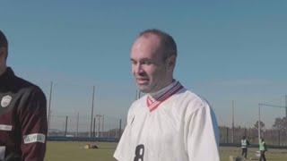 Iniesta prueba el fútbol para ciegos en un anuncio para los Paralímpicos 2020