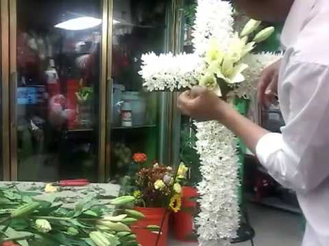 Como hacer una cruz de funeral muy f cilmente con flores for Como hacer adornos con plantas artificiales