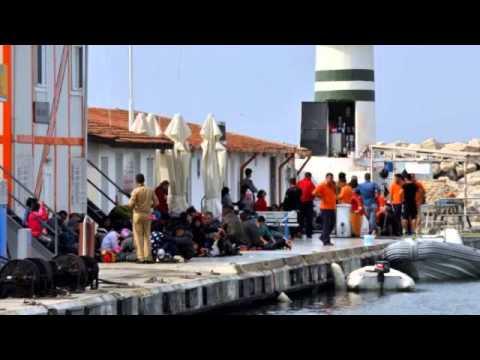 Kuşadası Körfezi'nde kaçakları taşıyan bot battı: 15 kayıp