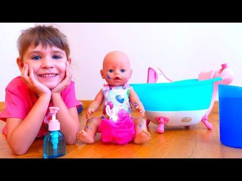 видео: Ариша как мама Купает куклу в ванне
