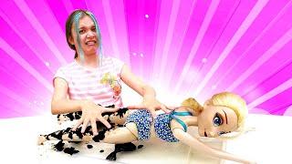 ГРЯЗЕВЫЕ спа-процедуры для куклы —Эльза Холодное Сердце и Барби всалоне красоты. Видео для девочек