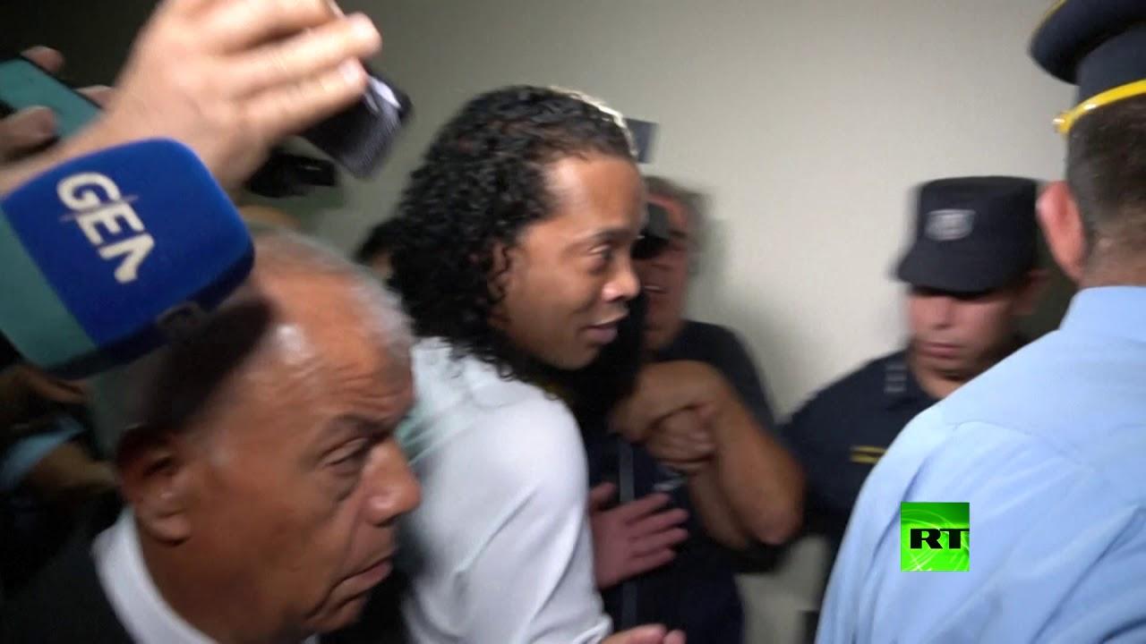 شاهد.. لحظة خروج رونالدينيو من المحكمة قبل اعتقاله في باراغواي