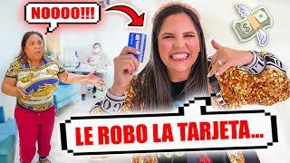 LE ROBO LA TARJETA A MI MAMÁ PARA REGALAR A DESCONOCIDOS EN LA CALLE! 😅 El Mundo de Camila