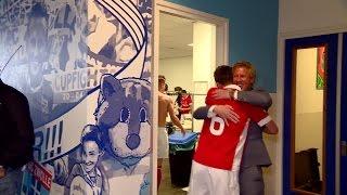 PSV komt als kampioen van het veld, feest in de kleedkamer