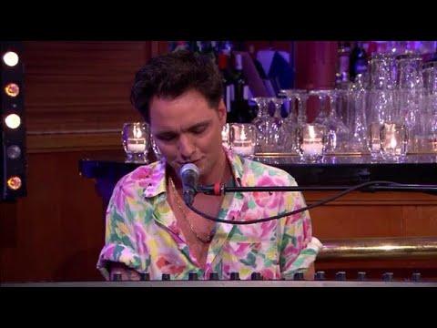 Jett Rebel tovert uptempo nummers om tot ballads   - RTL LATE NIGHT