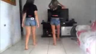 duas meninas dançando funk