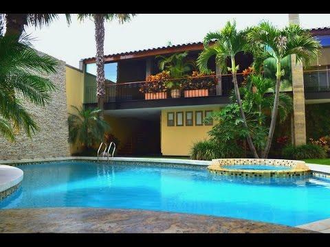 Casa de lujo en guadalajara con alberca y cava de vinos for Fotos de casas con jardin y alberca