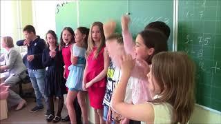 4 б TKVG на прощальном  уроке   со своей первой учительницей Татьяной Васильевной Веренич