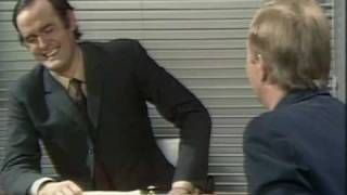 John Cleese - How to irritate People - Job Interview [Legendado]