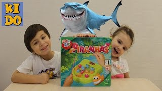 Играем в семейную игру Поймай Пиранью ловим рыбок We play a fun game Catch Piranha fish catch
