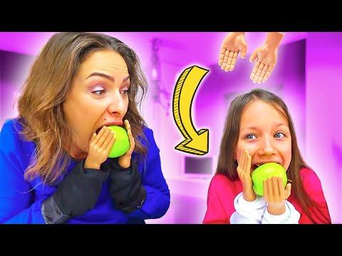 ЧЕЛЛЕНДЖ МАЛЕНЬКИЕ РУЧКИ Попробуй Почистить Банан и Съесть Яблоко Tiny Hands Challenge /// Вики Шоу