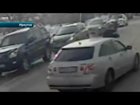 В Иркутске внедорожник снес женщину на заледеневшей дороге