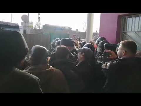 Видео: Полиция разгоняет противников строительства радиоактивной хорды
