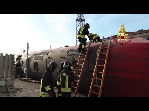 Treno deragliato a Lodi, i vigili del fuoco entrano nel locomotore