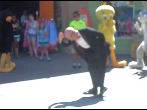 MR SiX DACiNG TO THE SiX FLAGS THEME SONG.AVI