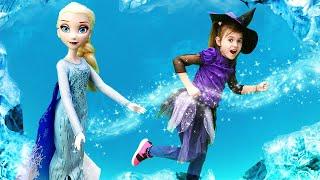 Эльза Холодное сердце и ведьмочка Юлли в замке колдуньи Медузы. Видео для девочек