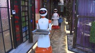 Первый ресторан с официантами роботами открылся в Шанхае