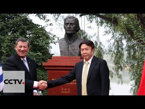 El canciller uruguayo presenta en Beijing una estatua del libertador José Gervasio Artigas