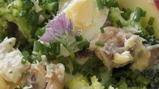 Очень вкусный рыбный салат!  Салат из копчёной скумбрии с яблоком,яйцами и брокколи.