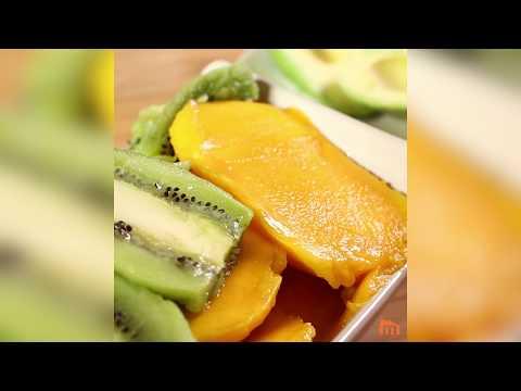Découper un fruit avec un verre