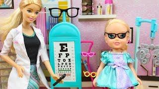 Juguetes de Barbie en español | Barbie Doctora le pone gafas a Elsa Frozen | Barbie Veterinaria