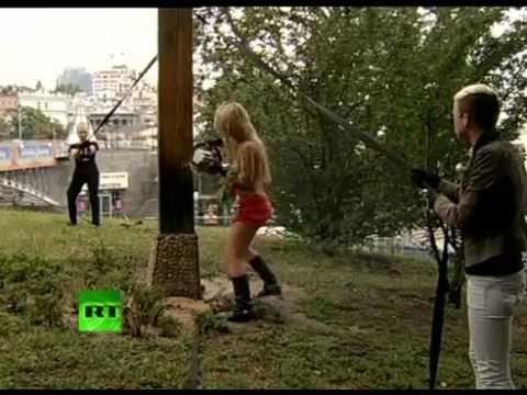 FEMEN спилили крест в Киеве в поддержку Pussy Riot