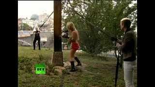 FEMEN спилили крест в Киеве в поддержку Pussy Riot(Активистки женского движения FEMEN спилили поклонный крест над Майданом Незалежности в Киеве. Таким образом..., 2012-08-17T08:29:15.000Z)