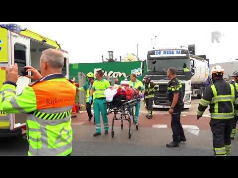 Persoon bekneld na botsing trein op vrachtwagen bij Pernis