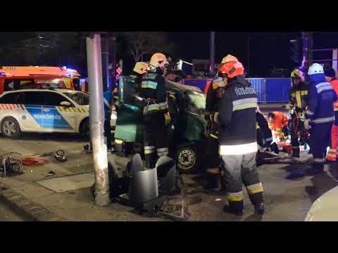 Kleinwagen crasht in Ampelanlage!