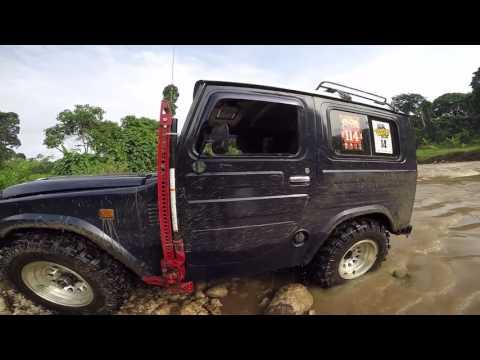 Old Daihatsu Taft Offroad Cross Great River In Malang