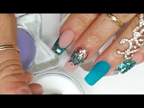 Uñas acrílicas cuadradas Diseño turquesa y difuminado de glitter +3D