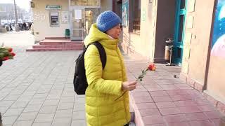 Особая уличная магия: Антон Симаков заставил прохожих задарить розами Аллу Пугачёву