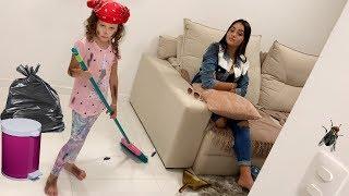 Valentina finge ser Cinderela e  brinca com brinquedos de limpeza
