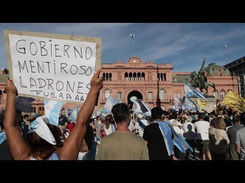 آلاف المتظاهرين يطالبون باستقالة الحكومة الأرجنتينية بعد فضيحة التمييز في توزيع اللقاحات  - 11:59-2021 / 2 / 28