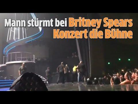 Mann stürmt bei Britney Spears Konzert...