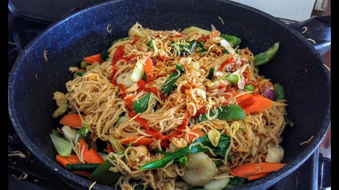 How To Make Stir Fried Chicken Vegetable Egg Noodles Lao Food Home Made By Kaysone