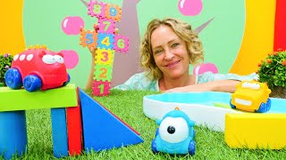 Nicole bereitet für die Spielzeugautos tolle Spiele vor. Spielspaß für Kleinkinder