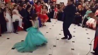 маленькая цыганочка танцует