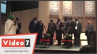 زوجة الرئيس الجنوب أفريقى تعرض آلة زراعية بديلة عن الفأس