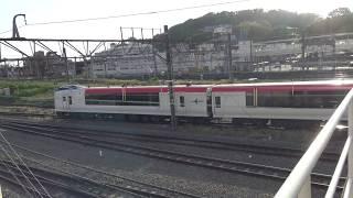 湘南モノレール大船駅のデッキから見た車両基地への回送線を走行する特急成田エクスプレスE259系