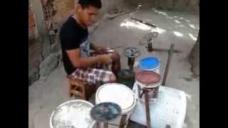 Incleible persona toca la bateria con tarros