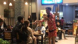 Thánh Lạc Trôi xuất hiện điệu nhảy huyền thoại tại quán Bia Tô khiến chị em thích thú