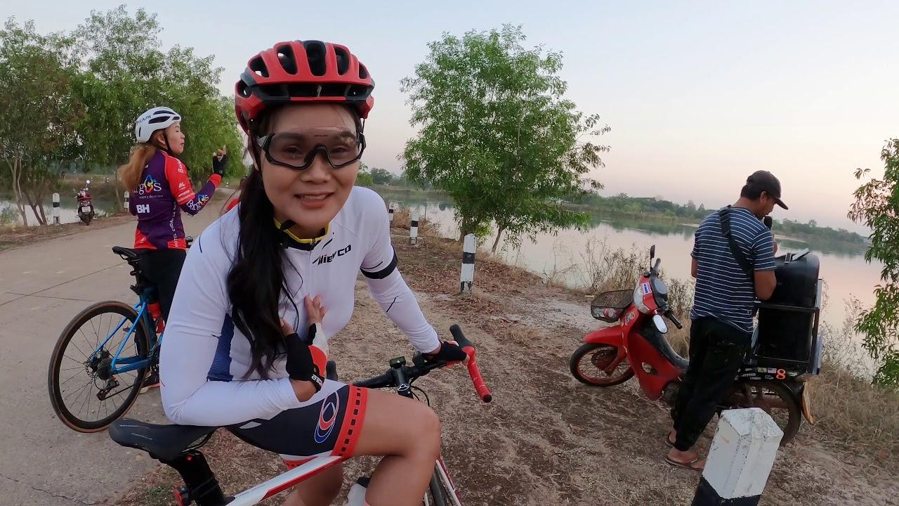 นักปั่นจักรยานสาวปั่นจักรยานไปของร้องเพลงกับนักร้องพเนจรในสวนสาธารณะ เสียงดีมาก