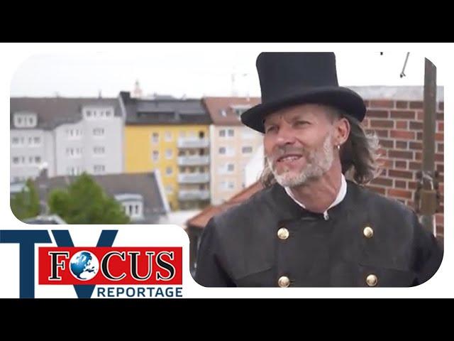 Arbeiten über den Dächern der Stadt: Schornsteinfeger in Aktion | Focus TV Reportage