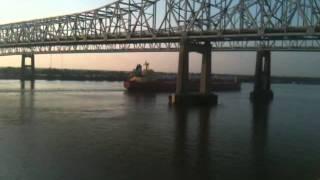 Ship Under the Crescent City Connection Bridge / Barco Debajo del Puente Crescent City Connection