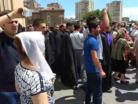 Митинг у входа в Сурб Григор Лусаворич (Ереван, 10/06/2018)