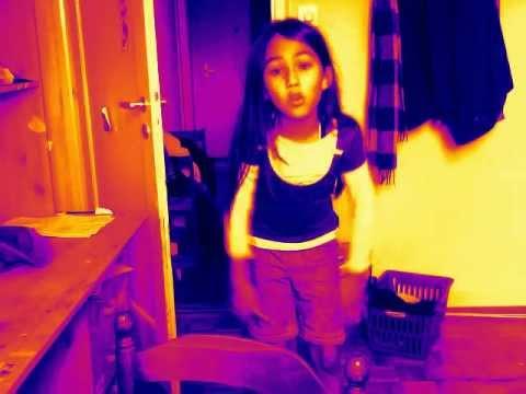 une fille danse sur une musique de jena lee